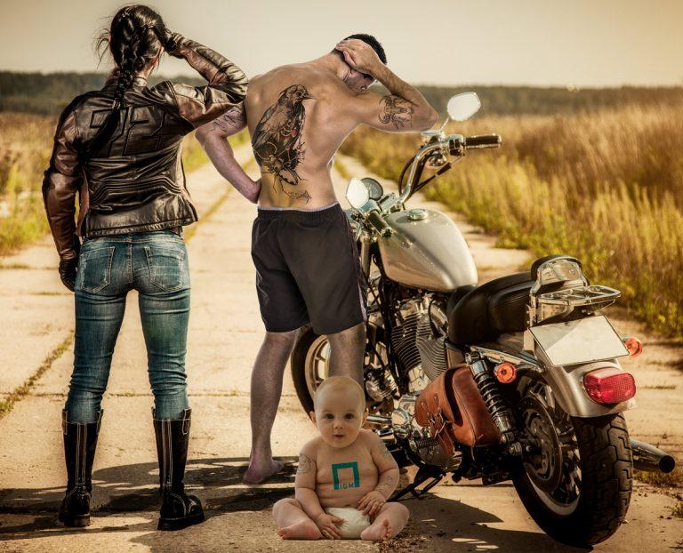 Photoshoppet bilde med Biker-famile, baby og mann med pålagte tatoveringer.